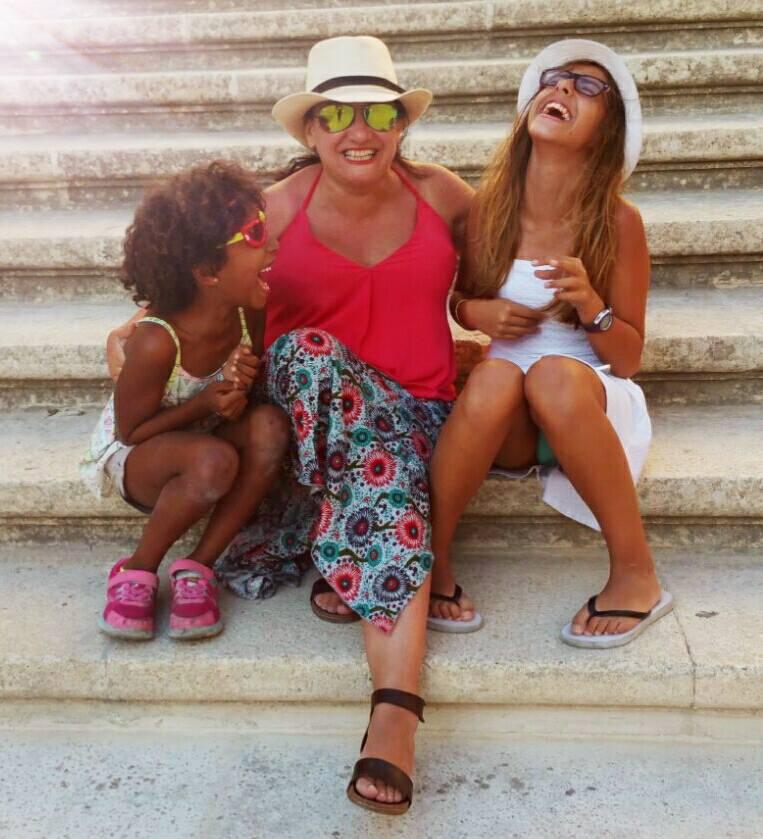 Rosa Maestro y sus hijas, autora de tres cuentos infantiles para explicar a los niños su nacimiento por técnicas de reproducción asistida