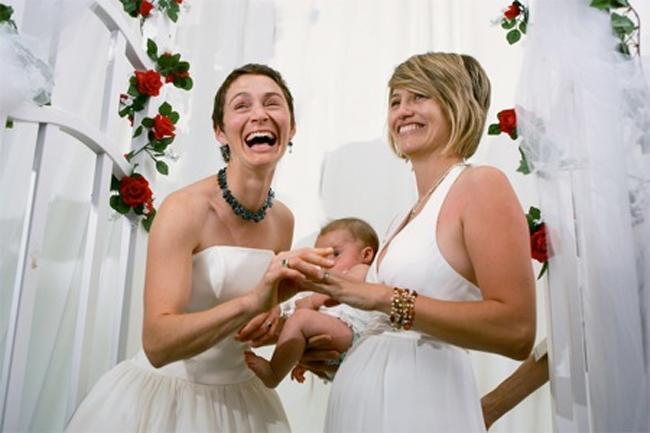Las solteras y lesbianas no podrán ser madres