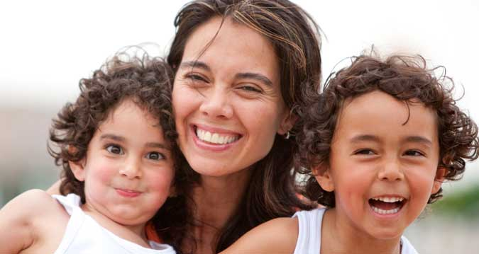 Madres solteras con dos hijos reciben ayuda de 1.200 euros