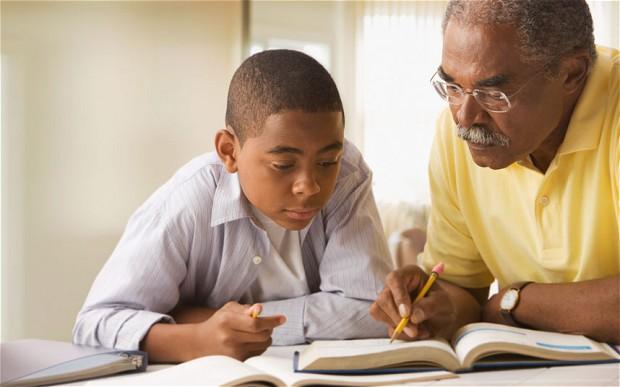 padre haciendo los deberes de su hijo