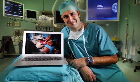 el ginecólogo que participó en el nacimiento del primer niño por trasplante de útero