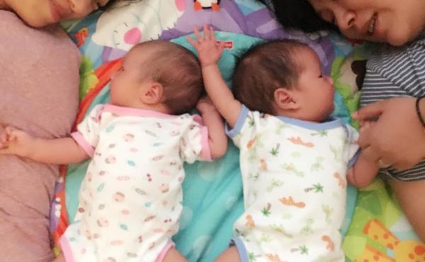 Dos mujeres chinas lesbianas dan a luz a sus gemelos