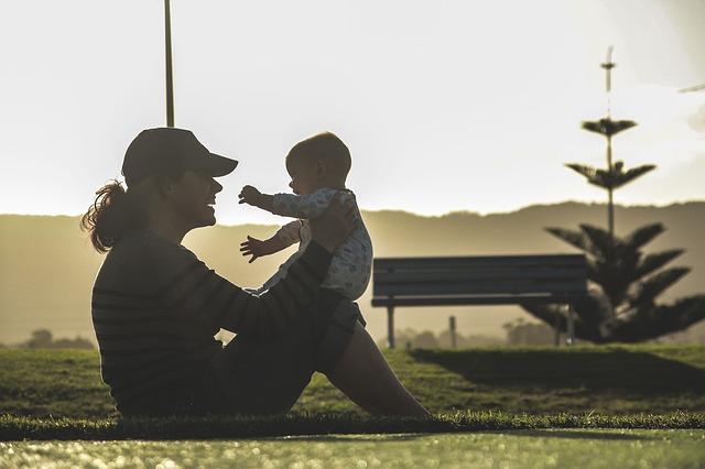 Foto: pisaba.com Las madres solteras tenían que inventarse el nombre de un padre durante años para poder registrar a sus hijos