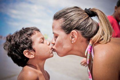 Madres solteras por elección: discriminan a sus hijos en los permisos de maternidad y paternidad