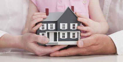 Las familias monoparentales discriminadas en la compra de pisos frente a las numerosas