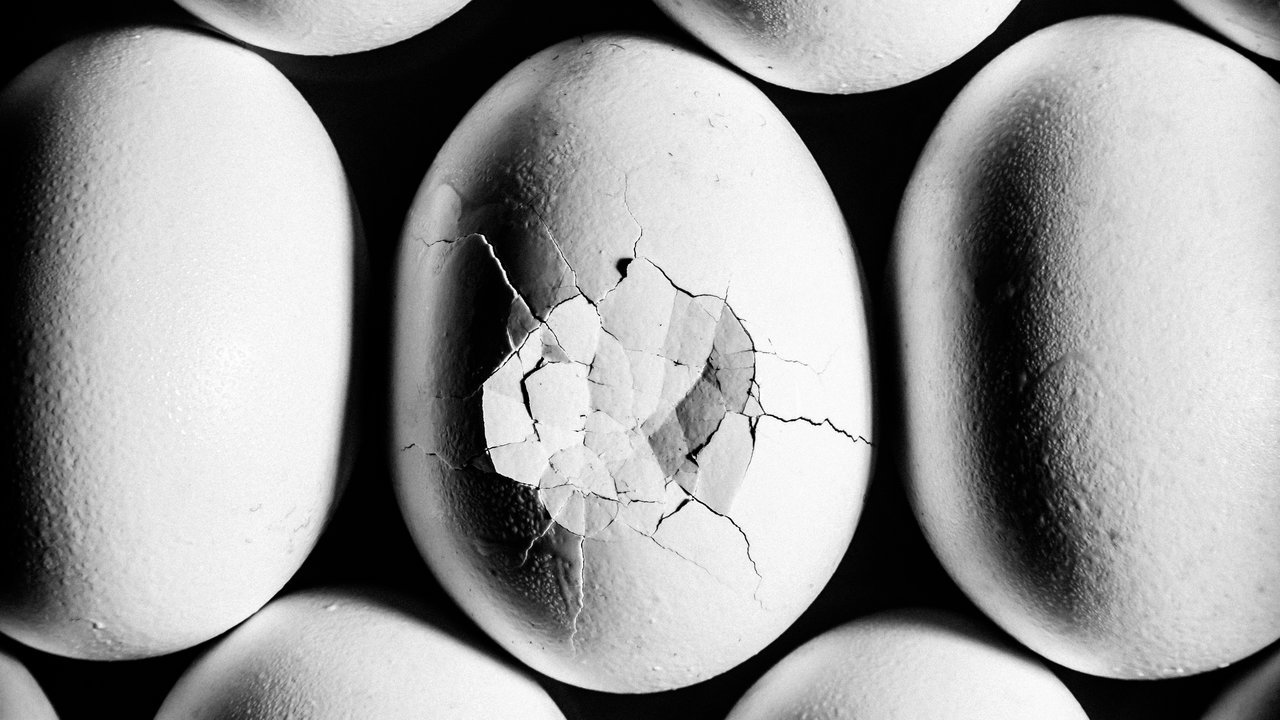 A pattern of eggs while the middle egg is cracked. Foto de:http://cdn-img.health.com/